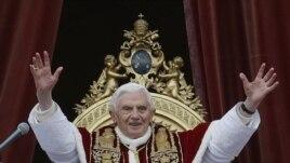Papa Benedicto Ashikiriza Imisa ya Noel mu Kibanza ca  Basilique St. Pierre , i Vaticano, Ejo ku Musi wa Kabiri, Italiki 25 z'Ukwezi kw'Icumi na Kabiri, Umwaka w'2012.