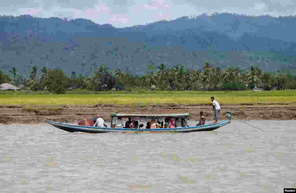 ہزاروں روہنگیا مہاجرین ٹوٹی پھوٹی کشتیوں کے ذریعہ دریا پار کرکے بنگلہ دیش میں داخل ہونے کی کوشش کر رہے ہیں۔
