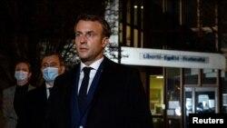 Президент Франции Эммануэль Макрон на месте убийства в пригороде Парижа