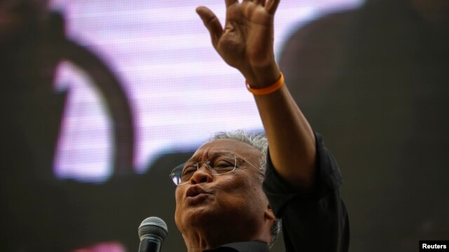 Protest leader Suthep Thaugsuban addresses anti-government protesters at their encampment in central Bangkok, Thailand, Feb. 28, 2014.