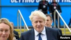 Waziri Mkuu Boris Johnson akipiingia katika ukumbi wa mkutano wa mwaka wa Chama cha Conservative Party huko Manchester, Uingereza, Oct. 3, 2021.REUTERS/Toby Melville