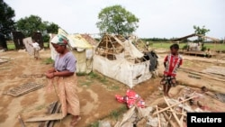 缅甸实兑郊外为国内流离失所的穆斯林安置的难民营里的人们5月13日在飓风来临前拆除帐篷,转移到更安全的地方去。