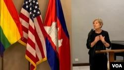 អ្នកស្រី Rebecca Black ប្រធានស្តីទីនៃទីភ្នាក់ងារជំនួយសហរដ្ឋអាមេរិក (USAID) ថ្លែងនៅក្នុងការប្រារព្ធការជួបជុំដើម្បីអបអរ ខែមោទនភាពសម្រាប់អ្នកស្រឡាញ់ភេទដូចគ្នា ឬ ខែមោទនភាព Pride Month ដែលធ្វើឡើងនៅឯនិវេសនដ្ឋានរបស់ស្ថានទូតអាមេរិក នៅថ្ងៃទី២៦ ខែមិថុនា ឆ្នាំ២០១៩។ (នៅ វណ្ណារិន/VOA)
