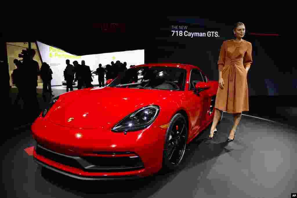 ژست «ماریا شاراپووا» تنیس باز روس در کنار اتومبیل پورشه ۲۰۱۸ در نمایشگاه اتومبیل در لس آنجلس از دید عکاسان پنهان نماند.