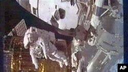 ناساٹیلی ویژن سےلیا گیا عکس جس میں خلانورد اسٹیفن بوون چہل قدمی کررہے ہیں