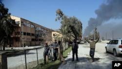 İraq hərbi qüvvələri Mosul hava limanının nəzarətinin ələ alınmasını təntənə edir, Mosul, İraq, 24 fevral 2017.