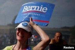 ຜູ້ທີ່ສະໜັບສະໜຸນທ່ານ Bernie Sanders ຍ່າງຜ່ານປ້ຳນ້ຳ ທ່າມກາງການປະທ້ວງ ກ່ອນໜ້າກອງປະຊຸມແຫ່ງຊາດ ພັກ Democratic, 24 ກໍລະກົດ 2016.