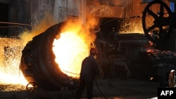 Công nhân làm việc tại nhà máy thép ở Hefei trong tỉnh An Huy, Trung Quốc