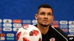 Dejan Lovren, de Croacia, responde a preguntas durante conferencia de prensa en Luzhniki Stadium en Moscú, en la víspera de la semifinal entre Inglaterra y Croacia el martes, 10 de julio de 2018.