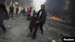 ຊາຍຄົນນຶ່ງຈັບມືເດັກຍິງ ຟ້າວແລ່ນໜີ ອອກຈາກບ່ອນຖືກໂຈມຕີ ອັນທີ່ບັນດານັກເຄື່ອນໄຫວ ກ່າວວ່າ ເປັນການໂຈມຕີທາງອາກາດ ໂດຍກອງກຳລັງ ທີ່ຈົງຮັກພັກດີຕໍ່ ປະທານາທິບໍດີ ຊີເຣຍ ທ່ານ Bashar al-Assad, ໃນເມືອງ Douma, ປະເທດຊີເຣຍ, ວັນທີ 7 ພະຈິກ 2015.