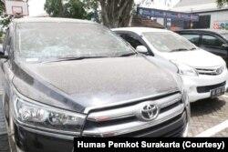 Deretan mobil dinas Pemkot Surakarta yang diparkir di Balai Kota Solo terkena dampak hujan abu vulkanik erupsi Gunung Merapi, Selasa, 3 Maret 2020. (Foto : Humas Pemkot Surakarta)