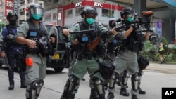 香港防暴警察向抗議中國人大製定港版國安法的示威者發射催淚彈 (2020年5月24日)