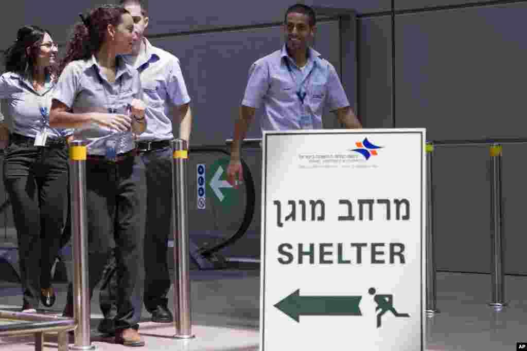 İsrailin Ben-Qurion beynəlxalq aeroprtunda mümkün raket hücumlarından qaçanlar üçün düşərgə hazırlanıb - Tel-Əviv, 23 iyul, 2014