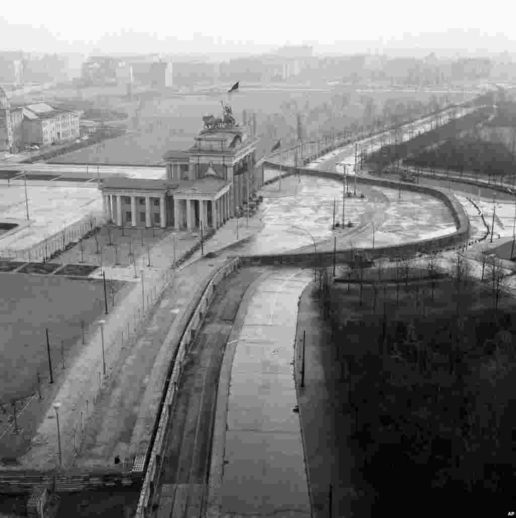 دروازه براندنبورگ در برلین و درست در جایی که دیوار برلین شرقی و غربی را جدا میکرد