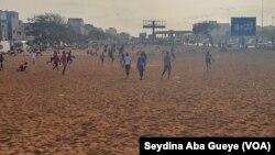 Des jeunes jouent au football malgré les restrictions en vigueur, à Dakar, le 27 mai 2020. (VOA/Seydina Aba Gueye)