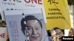 Aktivis Taiwan mengangkat spanduk bergambar wajah yang Presiden Taiwan Ma Ying-jeou yang dikombinasikan dengan wajah Presiden China Xi Jinping, dalam aksi protes di Taipei, Taiwan (6/11).