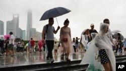 지난 10일 태풍 '레끼마'가 중국 상하이에 상륙하기 전 부두를 방문했던 시민들이 떠나고 있다.