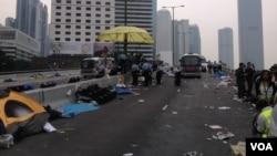 香港警方清场金钟占领区(美国之音海彦拍摄)