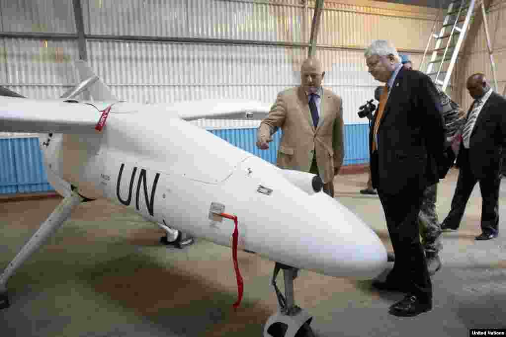مأموران سازمان ملل متحد در کنگو در حال راه اندازی نخستین هواپیمای بدون سرنشین و غیرمسلح سازمان ملل در شهر گوما در شمال کنگو - ۳ دسامبر ۲۰۱۳