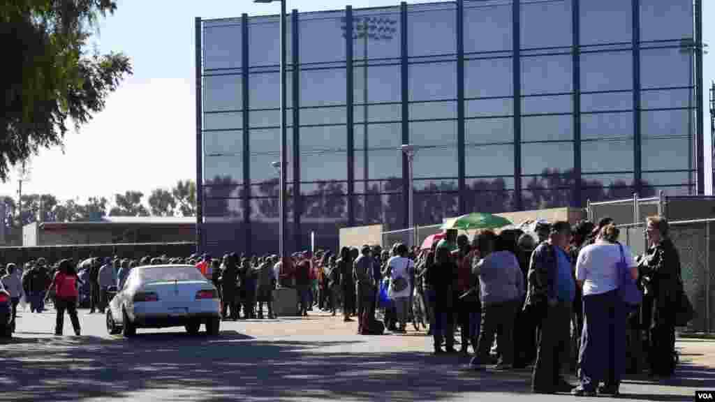 成千民众排队等候领取免费火鸡(美国之音国符拍摄)