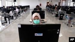 Seorang siswa mengenakan masker. (Foto ilustrasi)