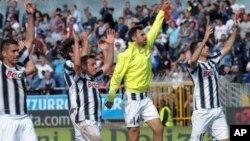 Pemain Juventus merayakan kemenangan mereka di akhir pertandingan sepakbola Seri A antara Novara dan Juventus di Stadium Silvio Piola di Novara, Italia (29/4).