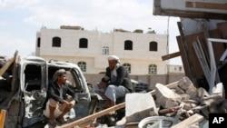 Dos hombres hablan en medio de una vivienda dañada por ataques aéreos liderados por Arabia Saudita en Saná, Yemen, el miércoles 6 de enero. Irán afirma que los ataques dañaron la Embajada iraní en Saná, pero un periodista de AP dijo no haber visto daños en la sede diplomática.