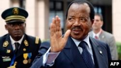 Le président camerounais Paul Biya salue le deuxième jour du quatrième sommet UE-Afrique, au siège de l'UE à Bruxelles, le 3 avril 2014.