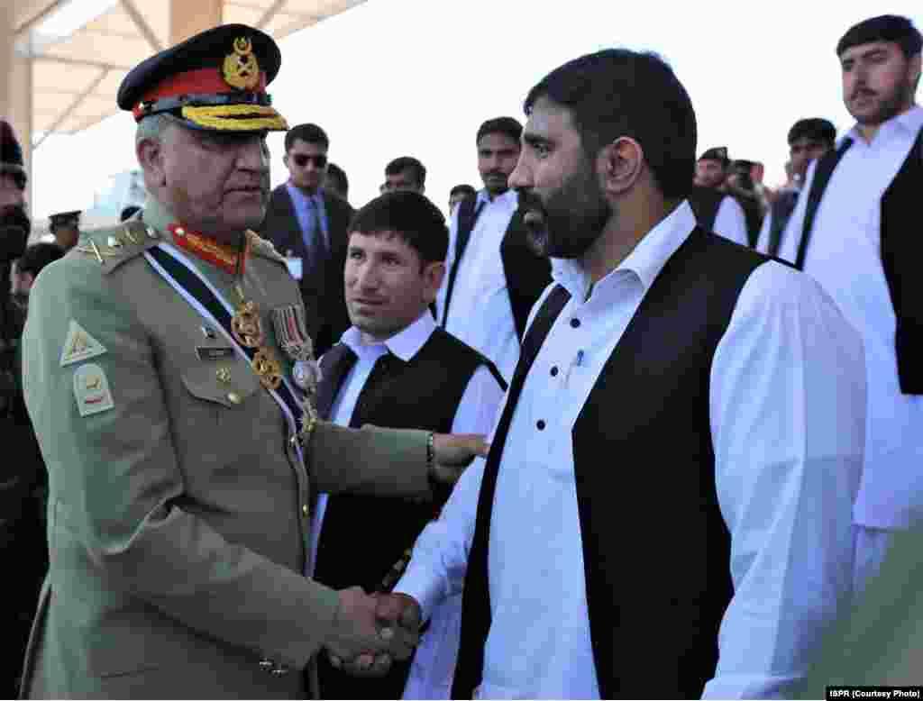 پاکستان کے آرمی چیف جنرل باجوہ تقریب میں لوگوں سے ہاتھ ملا رہے ہیں