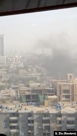 Dim iznad konzulata Kine u Karačiju posle napada 23. novembra 2018.
