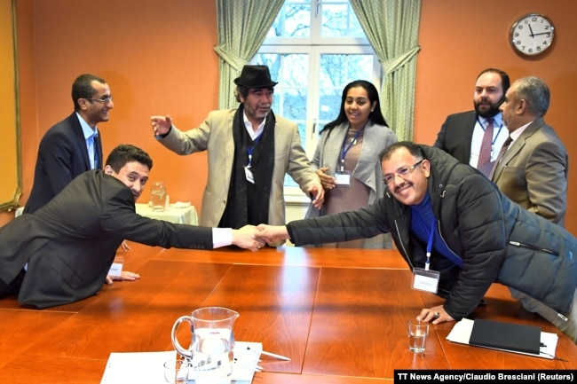 At left, Abdelqader al-Murtada and Saelem Mohammed Noman Al-Mughalles, representatives of the Ansar Allah delegation and at right, Askar Zaeil and Hadi al-Hayi representing the delegation of the Government of Yemen at the negotiating table together.