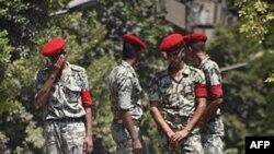 Người Ai Cập hô khẩu hiệu chống Israel trước 1 chiếc xe quân sự gần Đại sứ quán Israel ở Cairo, phản đối cái chết của các nhân viên an ninh Ai Cập ở Sinai, 20/8/2011