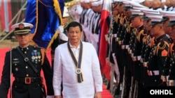 ប្រធានាធិបតីហ្វីលីពីន Rodrigo Duterte ដើរមើលទាហានស្វាគមន៍ខណដែលលោកបានមកដល់ពិធីគម្រប់ខួបទាហានជើងទឹកហ្វីលីពីនលើកទី១២០ ក្នុងរដ្ឋធានីម៉ានីលប្រទេសហ្វីលីពីណកាលពីថ្ងៃទី២២ ឧសភា ឆ្នាំ ២០១៨។