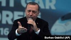 """Cumhurbaşkanı Erdoğan dün Ankara'da Yüksek Hızlı Tren (YHT) Garı'nın açılışı sırasında kalabalıktan yükselen """"idam, idam"""" tezahüratlarına """"yakın inşallah"""" yanıtını verdi."""