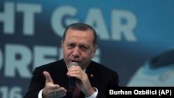 Le président turc Recep Tayyip Erdogan lors d'une cérémonie pour la construction d'une nouvelle gare le jour de la République à Ankara, en Turquie, le samedi 29 octobre 2016. (AP Photo / Burhan Ozbilici)