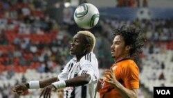 El africano Mulota Kabangu le gana el duelo por el balón al jugador del Pachuca Braulio Luna. Los mexicanos ya hacen maletas de regreso a casa.