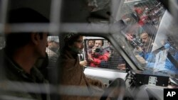بھارتی پولیس نے جمعرات کی صبح ہی حریت رہنما یاسین ملک کو ان کی رہائش گاہ سے گرفتار کرلیا (فائل فوٹو)