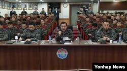 천안함 피격사건 6주기를 하루 앞둔 25일, 이순진 한국 합참의장(가운데)이 동부전선과 해역을 담당하는 육군 8군단 및 해군 1함대사령부를 방문해 우리군의 군사대비태세를 점검하고 있다.