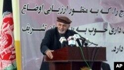 Presiden Afghanistan Ashraf Ghani berpidato di Faizabad, Afghanistan timur laut (18/4). (AP/Lynne O'Donnell)