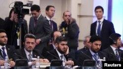 Mohammad Alloush (centro), jefe de la delegación opositora siria asiste a las conversaciones de paz en Astana, Kazajstán, el lunes, 23 de enero, de 2017.