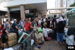 大陸水貨客帶著大批貨品堵塞上水火車站出口及對出的行人路