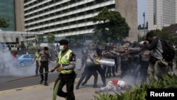Polisi di Jakarta bentrok dengan para demonstran yang memprotes kekuasaan pemerintah Indonesia di provinsi Papua Barat, 1 Desember 2015. (Foto: Dok)