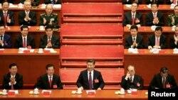 """Xi prometió, en lo que probablemente fue una referencia indirecta a la política de """"Estados Unidos primero"""" del presidente Donald Trump, que China estaría plenamente comprometida con el mundo y reiteró sus promesas de hacer frente al cambio climático."""