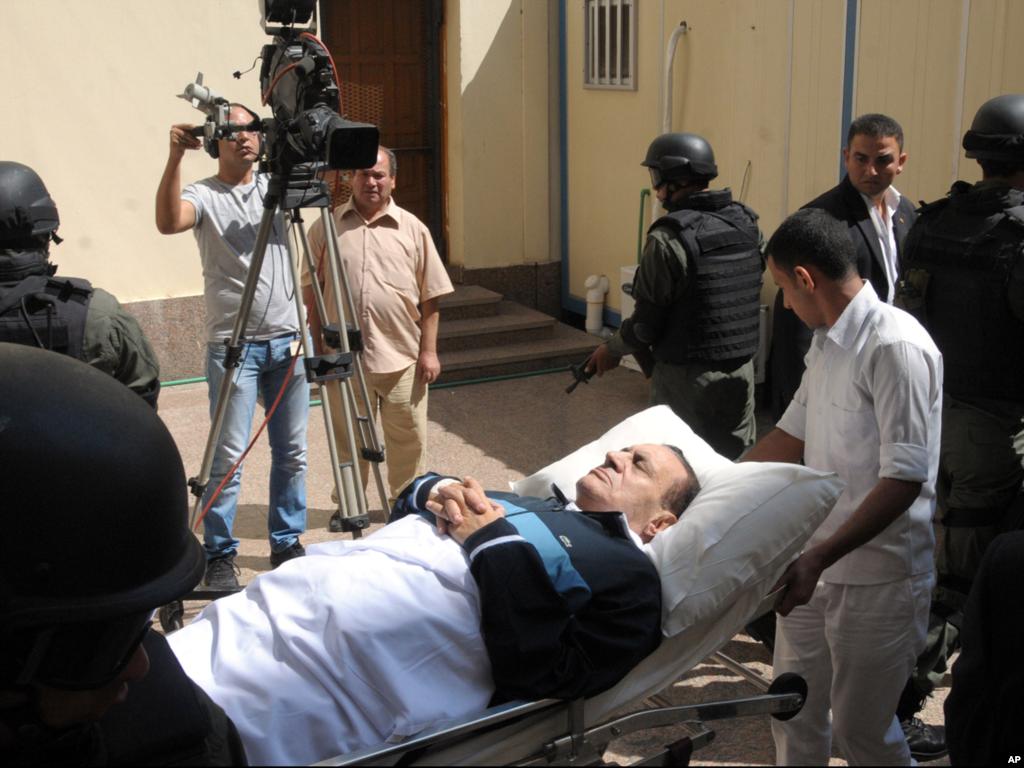 Вересень 2011-го року. Мубарак на судовому засіданні. Розглядається його справа.