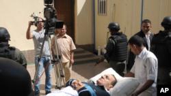 Mantan Presiden Hosni Mubarak (berbaring) dilarikan ke rumah sakit militer setelah terkena stroke dan kini dalam keadaan koma (foto: dok).
