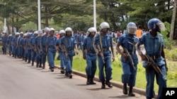 Des polices burundais patrouillent dans une rue de Bujumbura, 26 avril 2016