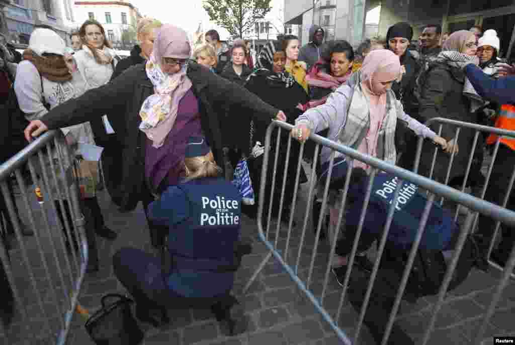 ایک سرکاری بیان میں شہریوں کو متنبہ کیا گیا کہ اگر ممکن ہو تو وہ پرہجوم مقامات سے دور رہیں۔