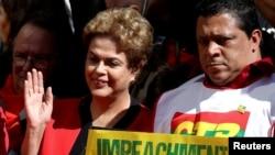 """Presiden Brazil Dilma Rousseff dengan poster yang bertuliskan """"Pemakzulan tanpa tindakan kriminal adalah kudeta."""" Sao Paulo, Brazil. (Foto: REUTERS/Paulo Whitaker)"""