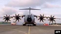 Salah satu pesawat transportasi militer Airbus 400M di pangkalan Saint-Jean-de-la-Ruelle, Perancis (foto: dok).