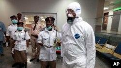 Giới chức y tế Nigeria chờ đợi để kiểm tra hành khách tại sân bay quốc tế Murtala Muhammed ở Lagos.